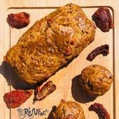 Le cake salé, c'est LA recette déclinable à l'infini et idéale pour vos pique-niques, brunch et #apéros 😎  Voici la #recette du cake salé qui a accompagné la victoire du stade Rochelais dimanche 💛🖤😁  Ce qu'il vous faut de votre épicerie :  ⭐️ 150g de farine T55 bio  ⭐️ 100g de tomates séchées bio 🍅 ⭐️ 50g de poudre d'amandes bio ⭐️ 1 cuillère à café de bicarbonate alimentaire  ⭐️ poivre noir   A prévoir chez vous :  ¤ 3 œufs 🥚 ¤ 1 boule de mozza  ¤ 10 cl d'huile d'olive ¤ 10 cl de lait   C'est partit 👩🍳🧑🍳 ✔️ Préchauffez le four th 7 (200°C).  ✔️ Dans un saladier, mélangez la farine, la poudre d'amandes et la levure. Creusez un puit au centre et versez la l'huile, le lait et ajoutez le poivre (pas de sel car les tomates séchées donneront un goût salé au cake), ainsi que les œufs un par un. Mélangez bien.  ✔️ Coupez les tomates séchées en lamelles et la mozzarella en cubes. Incorporez ces deux ingrédients dans la pâte. Vous pouvez ajouter du basilic frais ciselé si vous en avez !  ✔️Beurrez un moule à cake et versez la préparation dedans. Enfournez 10 minutes à th7 puis baissez sur th6 (180°C) et laissez 35 minutes.  Laissez tiédir le cake avant de démouler.   Bon appétit 🤗   #iledere #ilederé #vrac #bio #ecoresponsable #tomatesechée #cakesalé #végé #brunch #apéro #sunset #piquenique #friends #food #réseauvrac #reenvrac