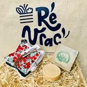 🌍 Des déchets évités, des économies assurées par le format coffret et des produits écologiques pensés pour durer longtemps 😇  Voici le kit salle de bain pour elle 🙋♀️ composé :  ⭐️ d'un démaquillant solide certifié bio de Saint-Vivien, du local !  ⭐️ d'un trio de lingettes lavables réalisées à partir de chute de tissus, fabriqué en France 🇫🇷   Retrouvez nos kits préparés avec amour sur https://reenvrac.fr/41-kits 🤗 Il y en a pour toute la famille !   Nos sachets biodégradables Ré en vrac ne contiennent que de bonnes choses 🥰  #iledere #ilederé #vrac #bio #zérodéchet #kits #salledebain #éthique #ecoresponsable #cute #family #nature #biodégradables #cadeau #anniversaire #goodvibes #remerciement #reenvrac