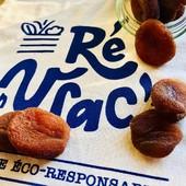 Les abricots secs bio sont arrivés dans votre épicerie 🤩🏃  Quand un fruit ou un légume n'est plus de saison, on se tourne vers la version séchée. Les abricots feront leur retour avec les beaux jours mais pour le moment on les aime comme ça 😌  Les abricots secs sont un snack délicieux qui a un indice glycémique bas ce qui signifie une libération d'énergie continue 💪  Étant donné qu'ils ne contiennent plus d'eau, les abricots secs sont un concentré d'oligo-éléments !  🆗 Du potassium et une faible teneur en sodium, qui réduit le risque d'hypertension artérielle 🆗 Du fer, pour lutter contre les anémies 🆗 Des antioxydants, tels que le bêta-carotène, qui améliore la vision   Déjà disponible sur votre boutique en ligne www.reenvrac.fr et sur votre stand dès mercredi matin place d'Antioche à Ste Marie 🤗  #iledere #ilederé #abricotssecs #épicerie #vrac #bio #produitsbio #oligoelements #energie #saison #courses #fruitssecs #reenvrac